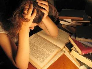 Bild von müder Frau, die zu spät mit dem Lernen angefangen hat