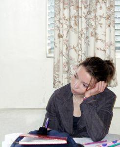Bild von Frau, die nicht mit Headspace meditiert und abgelenkt ist