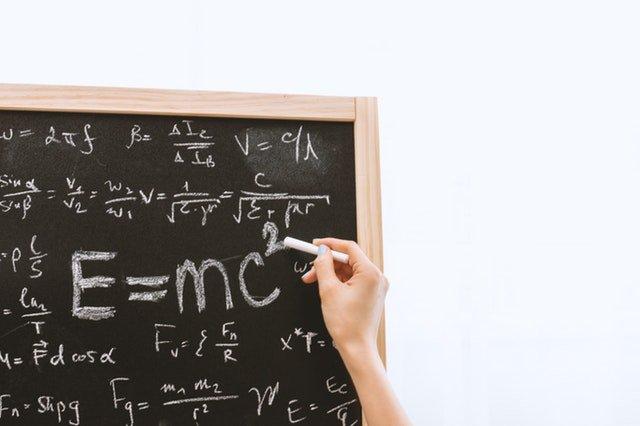 Bild von einer Tafel mit vielen Formeln - so sieht ein Studium ohne Mathe nicht aus