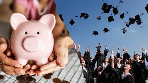 Bild von einem Sparschwein und von Studenten die ihre Hüte in die Luft werfen. Studieren mit Kind Finanzierung kann wirklich schwer sein