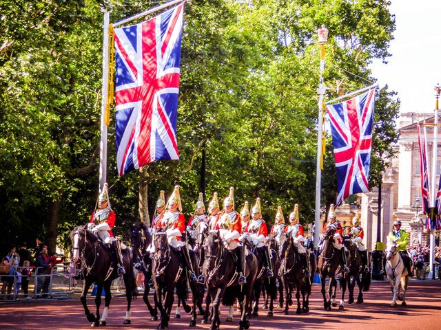 ein Bild von Engländern, die eine Parade mit der Flagge abhalten, das zeigt, wie wichtig Englisch im Studium ist