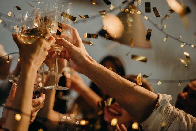 Einige Menschen stoßen auf einer Feier an und gratulieren zum 18. Geburtstag..