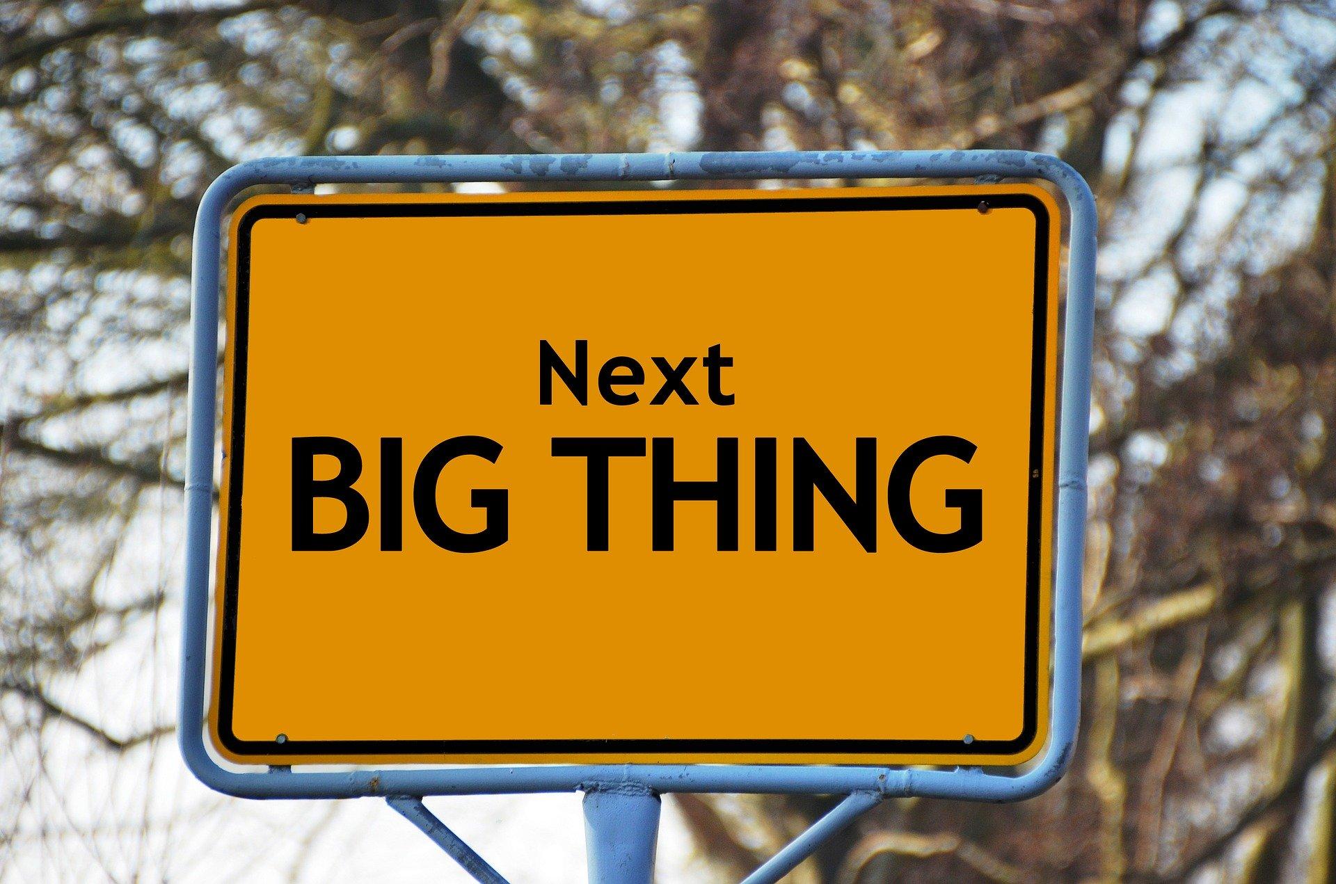 """Ein Ortsschild mit der Aufschrift """"next big thing"""", deutsch """"das nächste große Ding"""". Finde heraus, welcher Studiengang zu dir passt!"""