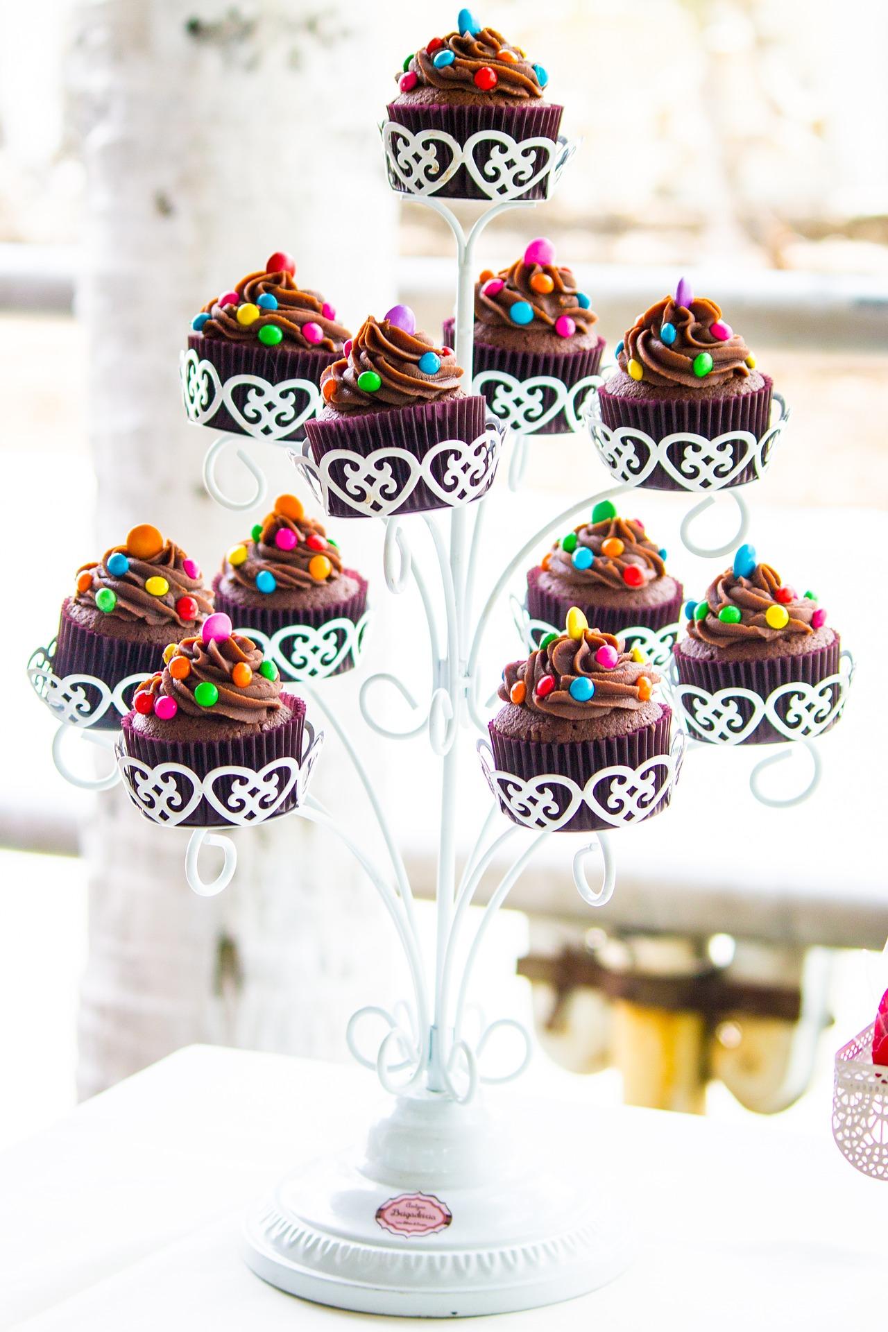 Schokoladencupcakes auf einer Etagere.