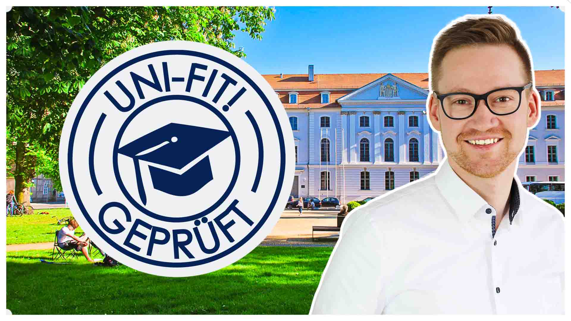 Hier ist die Universität Greifswald im Hintergrund zu sehen. Davor ist rechts Dr. Daniel Hunold abgebildet. In der Mitte befindet sich das Logo des Onlinekurses unifit
